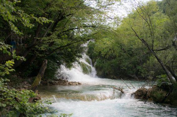 cascata bassa ai meravigliosi laghi di plitvice