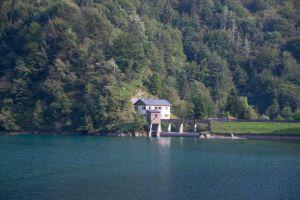 la centrale elettrica sul lago