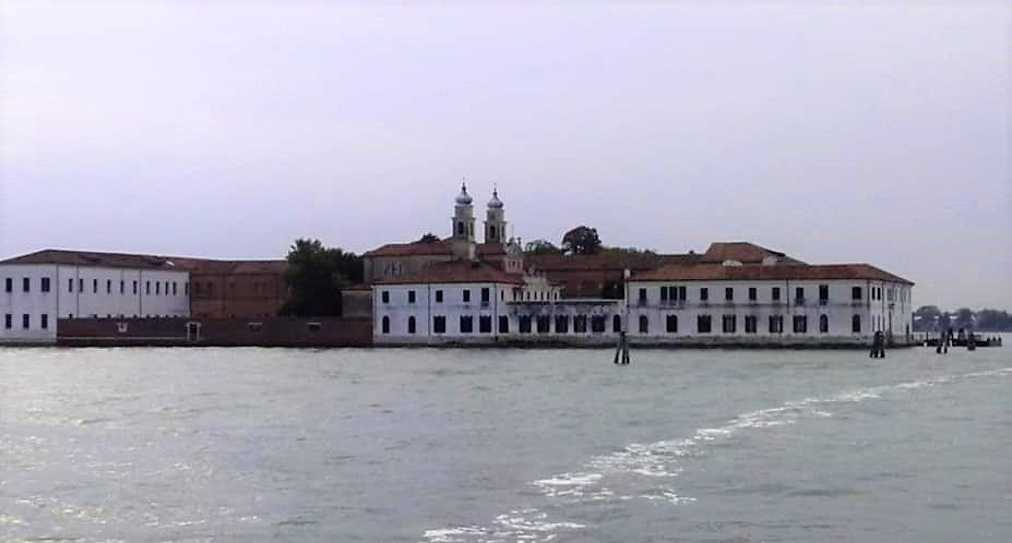 isola di san servolo in lontananza dalla barca
