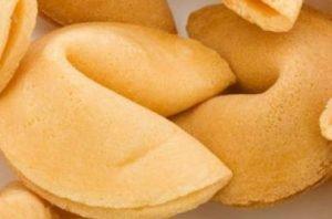 foto di due biscotti della fortuna