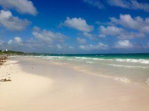 spiaggia bianca messicana con le nuvolette bianche nel cielo