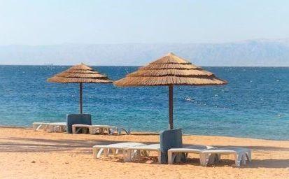 spiaggia con ombrelloni ad aqaba
