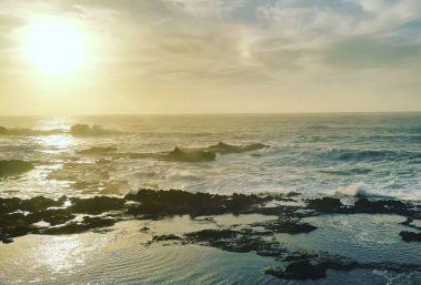 onde atlantiche che si infrangono sugli scogli in terra marocchina al tramonto