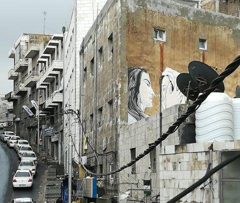 bellissimo murale con due giovani che si guardano negli occhi con affetto