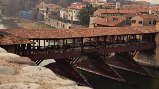 veduta del ponte degli alpini come foto di copertina della mini guida di bassano del grappa