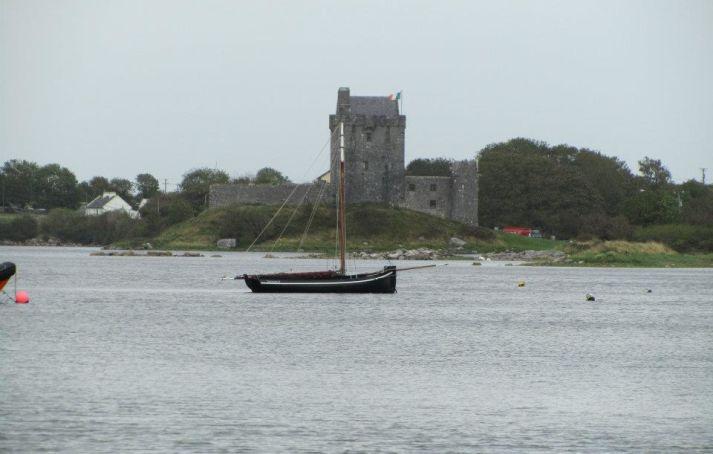 Barca solitaria sulla costa irlandese