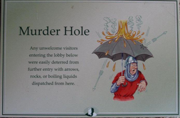 Un curioso cartello irlandese che avvisa i visitatori che possono essere colpiti da rocce e dardi infuocati