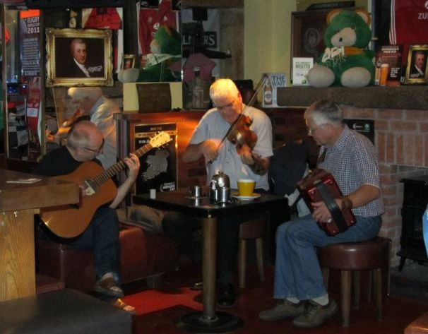 Musicisti intenti a suonare all'interno di un pub irlandese