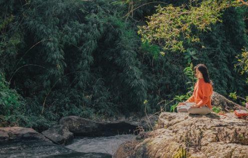 ragazza in meditazione in uno dei luoghi dove ricaricare le energie