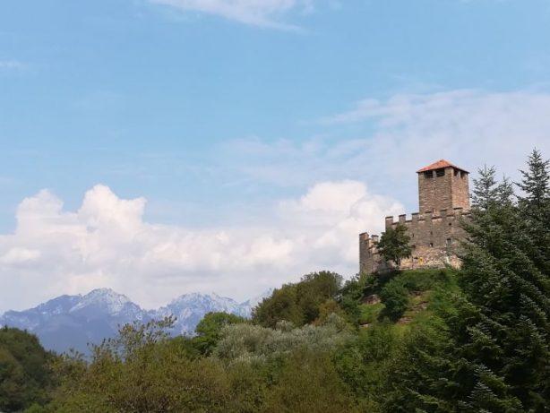 Grotta azzurra e castello di zumelle, immagine del castello con sfondo sulle dolomiti bellunesi