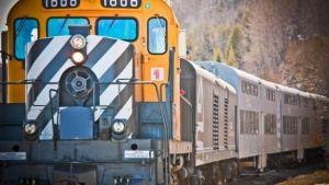 treno giallo in corsa