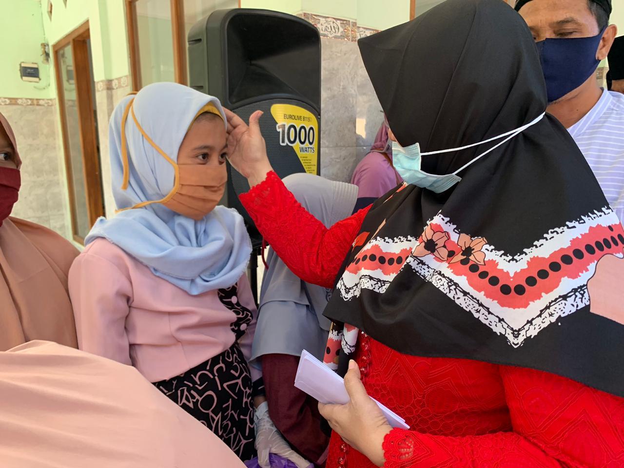 Bunda Rita saat menyantuni Anak Yatim di Desa Broto Slahung.