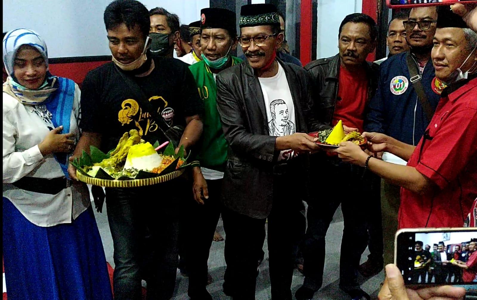 Manto, Ketua Relawan Semut Ireng menyerahkan Tumpeng kepada Ketua DPC PDIP Ponorogo, Bambang Juwono