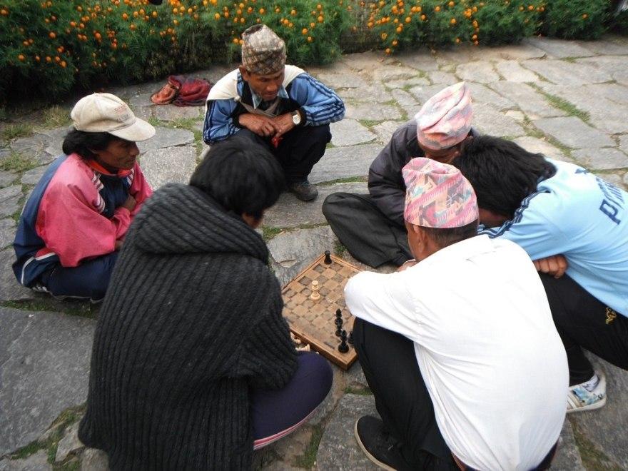 チェスをするネパールの人々の写真