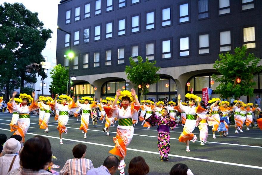 岩手|盛岡さんさ踊りパレード(黄色い花傘の衣装の踊り手)の写真