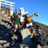 富士登山(山頂鳥居で集合写真)