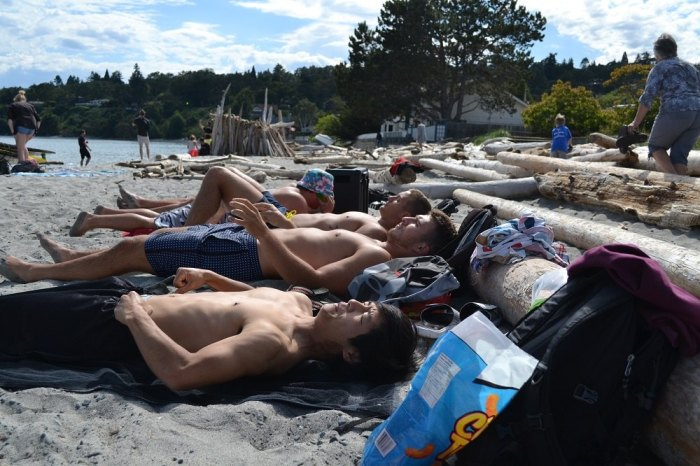 カナダ人ルームメイトとビーチで横になってる写真