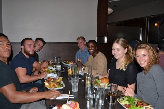 ネイティブ、ドイツの女子高生と食事してる写真