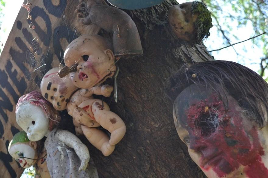 ソチミルコ人形島の血塗られた人形の写真