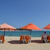 メキシコ・ウアトゥルコのビーチとパラソルの写真