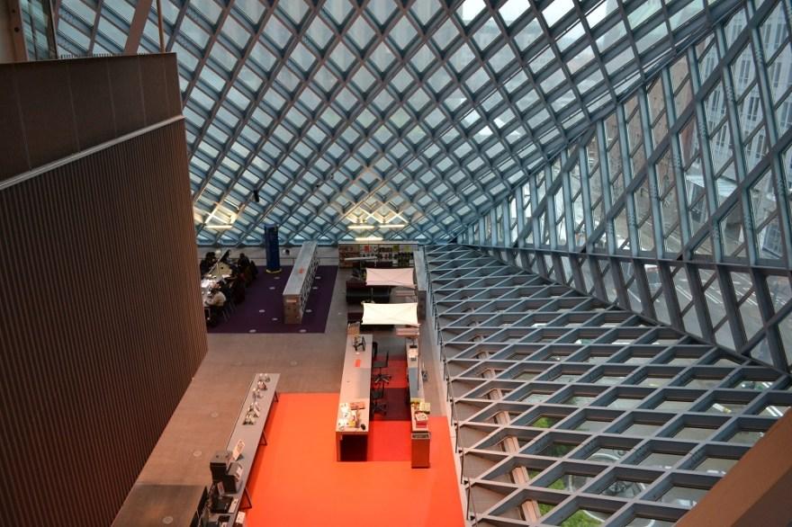 シアトル中央図書館の窓の写真