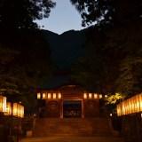 新潟県西蒲原郡|彌彦神社入口と灯籠の写真