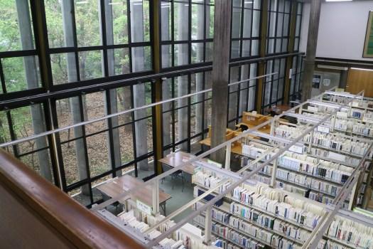 閲覧席の大きな開口部を可能にしたのは図書館の構造に秘密が「図書館建築ツアー(館内撮影OK)」で撮影