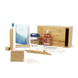duurzaam cadeaupakket bestaande uit een bamboe kistje vol met zero waste relatiegeschenken