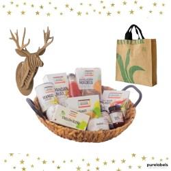 Duurzaam kerstpakket mand met biologische producten een fairtrade tas en een hertenkop van karton