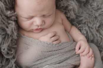 logan-newborn-photos-grey-flokati-dewdrops-inspired-dolly-priss-wrap-baby-picture_stf8487