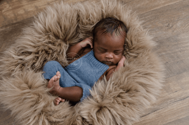 newborn-baby-blue-romper-brown-sheep-fur-newborn-photography-ottawa-gatineau_stf9627