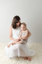 maternity-photo-session-pregnancy-photos-white-tutu-dress-mom-to-be-baby-belly-cream-flokati-little-boy