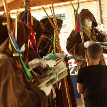 Les enfants viennent chercher leurs présents des mains des Pureux.ses ému.e.s