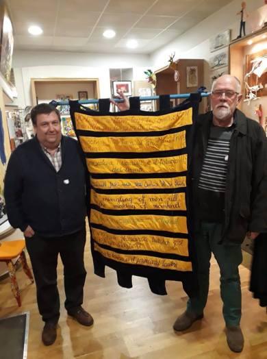 Avec Gérard Couche l'auteur de la Légende (à droite), Philippe Théret de la baraque aux livres et aux arts. Entre eux : la devise des Pureux en 8 langues différentes