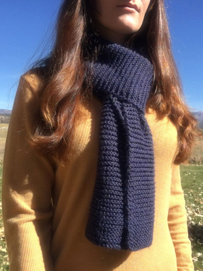 This easy knit scarf pattern for beginners uses only knit stitches to make a classic garter stitch scarf. Pattern from Liz @PurlsAndPixels.