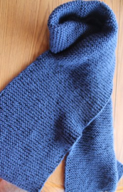 Beginner knit scarf, free simple pattern in garter stitch by Liz @PurlsAndPixels