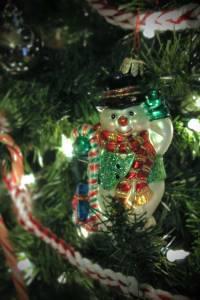 Handmade crochet Christmas garland with snowman, tutorial from PurlsAndPixels