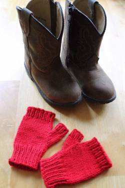 Simple fingerless toddler gloves with cowboy boots, gloves in all sizes from PurlsAndPixels