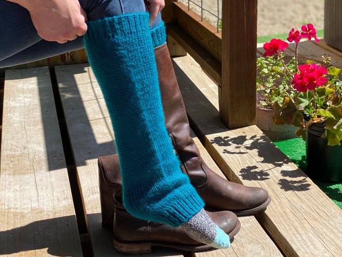 Learn to knit simple leg warmers in all sizes with this knitting pattern by Liz Chandler @PurlsAndPixels.