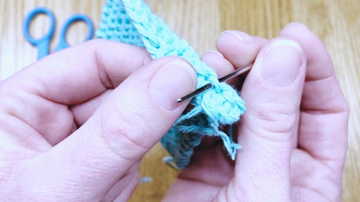 Step 6: How to tie off loose ends, a knitting lesson from Liz @PurlsAndPixels.