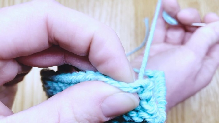 Step 5: Learn to weave in loose ends and and tie up excess yarn tails - the cast on edge - a knitting lesson from Liz @PurlsAndPixels.