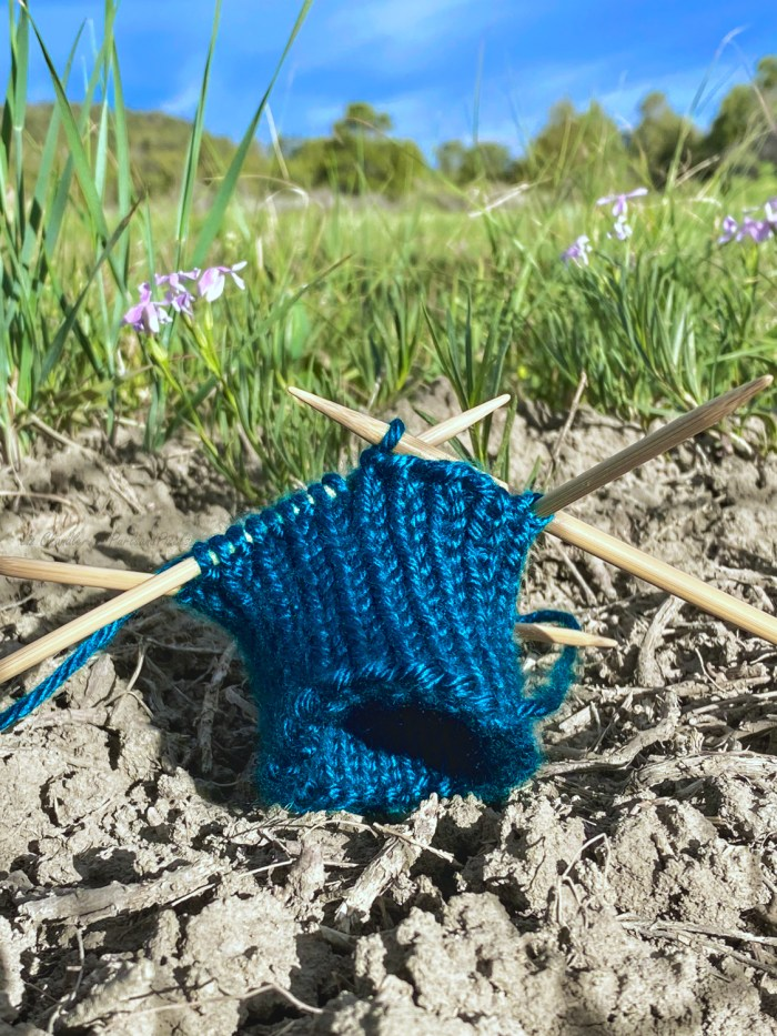 Learn to bind off on double point needles (DPNs) while working in the round - a knitting lesson with Liz Chandler @PurlsAndPixels.