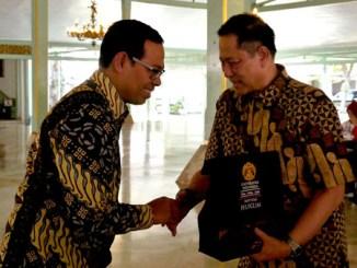 Dekan FH UI menyerahkan cinderamata kepada Sri Paduka Mangkunegoro IX
