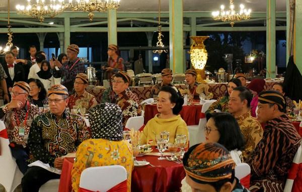 Sri Paduka Mangkunegoro IX dan GKP Mangkunegoro IX bersama Ketua MKRI dan Presiden MK Asia