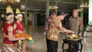 Sri Paduka Mangkunegoro IX memotong tumpeng disaksikan Ketua MKRI dan Presiden MK Asia