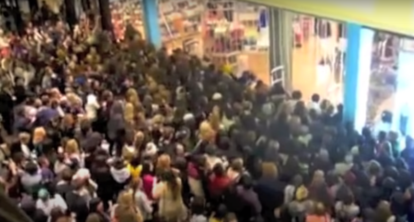 Historia del Black Friday - hordas de compradores en el shopping