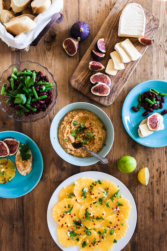 Mezze – a variety of little goodies are the perfect snack for hot summer days and basically everyone who's struggling with decisions. We made delicious tomato hummus, a fruity orange carpaccio, a vinegary green bean salad and creamy camembert with sweet figs and honey.