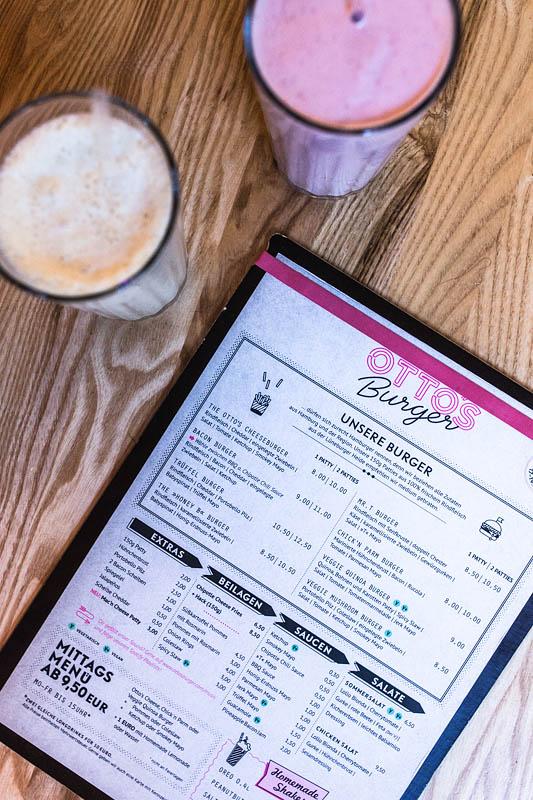 Restaurant Guide Hamburg: Im Schanzenviertel bei Otto's Burger könnt ihr euch mit leckeren Burgern, Shakes, Cocktails und Beilagen samt vielfältiger Dips zu fairen Preisen ordentlich den Bauch vollschlagen. Fotos von Purple Avocado / Sabrina Dietz #restaurants #hamburg #empfehlungen #dinner #burger