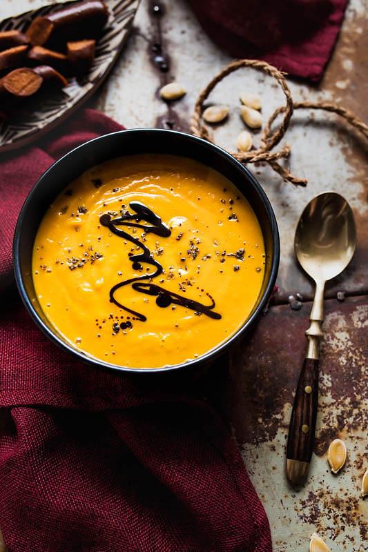 Vegane Kokos-Kürbis-Suppe mit Ahornsirup und Curry. Dazu gibt's vegane Merguez von Wheaty für den salzigen Touch und etwas Biss. #rezept #foodstyling #herbst #rezepte #kürbis #hokkaido