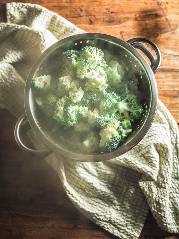 Life-Hack for your kitchen: How to steam vegetables without a steamer.